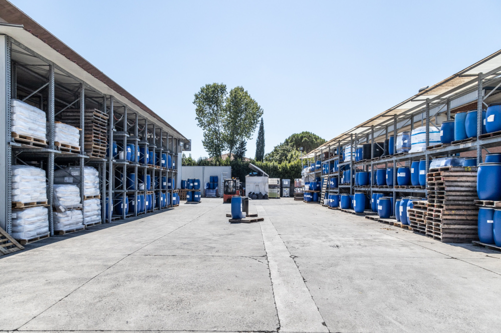 magazzino esterno prodotti chimici